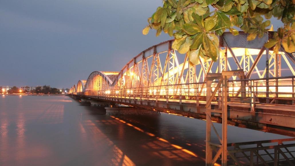 Visite de la ville de Saint-Louis et de ses principaux centres d'intérêts tels que le Pont Eiffel, la lagune de Barbarie, le marché ambulant et son port de pêche.
